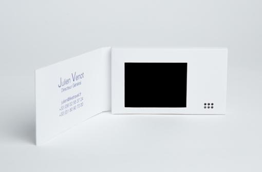 Carte de visite vidéo blanche avec logo Like Travel avec écran LCD
