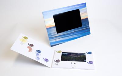 Présentoir et brochure vidéo réalisés pour Travel Team par Yanda
