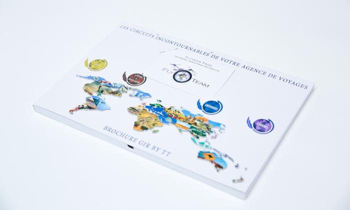 Brochure vidéo en position fermée avec encoche pour carte de visite